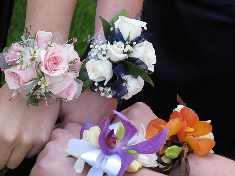 Corsages+can+come+in+many+different+colors+and+designs.+